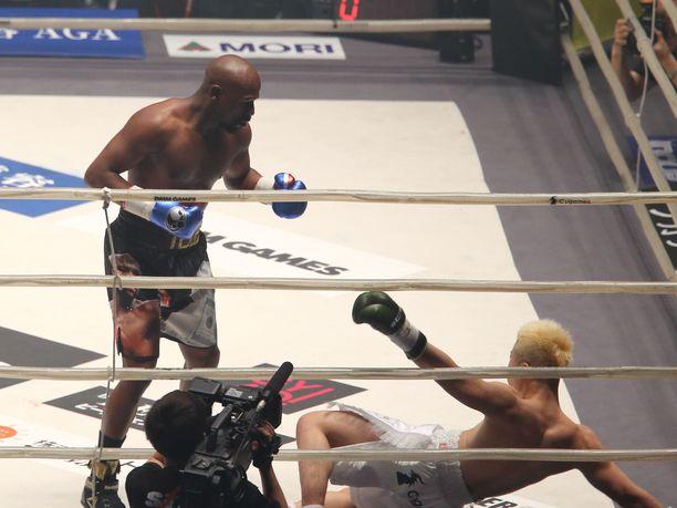 Floyd Mayweather löi Tenshin Nasukawan helposti kanveesiin.