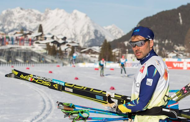 Andrus Veerpalu testasi maanantaina Aleksei Poltoraninin suksia Seefeldissä. Keskiviikkona Itävallassa paljastui suuri veridopingtapaus. Perjantaina Viron likainen hiihtolegenda pakeni Alpeilta.