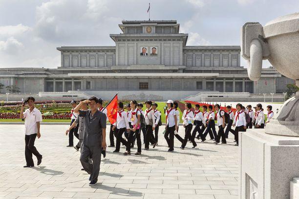 Pioneereja vierailulla palatsissa, jossa säilytetään Kim Il-sungin ruumista.