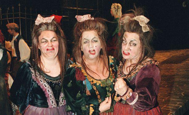 Kuvassa Päivi Kantola, Rea Mauranen ja Kristiina Elsetelä Helsingin kaupunginteatterin Les Miserables -musikaalissa vuonna 1999. Kantola, Mauranen ja Elstelä näyttelivät kaikki vuorollaan madame Thénardleria.