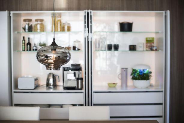 Keittiössä on muun muassa trendikäs avohylly.