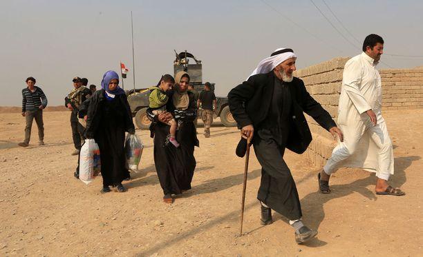 Siviilit pakenivat kodeistaan Tob Zawassa, noin 9 kilometrin päässä Mosulista.