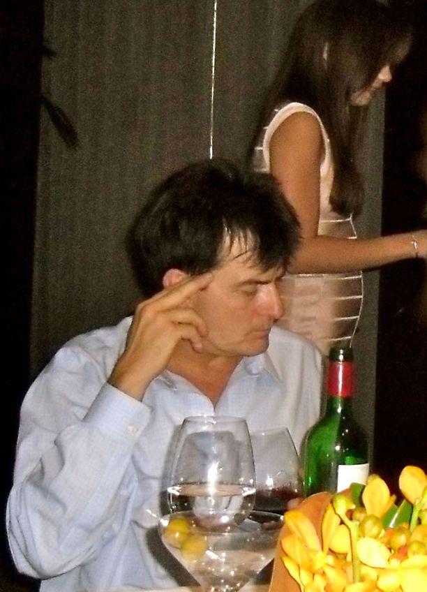 Sheen toikkaroi alasti sekä ravintolan vessassa että hotellihuoneessa. Kuvien ottohetkellä miehellä oli sentään vaatteet päällä.