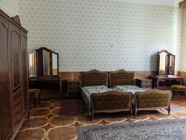 Neuvostojohtajan huvilan päämakuuhuone.