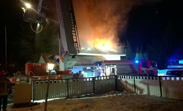 Palo tuhosi omakotitalon katon.