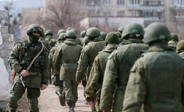 """Tunnuksettomat sotilaat, """"pienet vihreät miehet"""" saapuivat Krimille yllättäen alkuvuodesta 2014."""