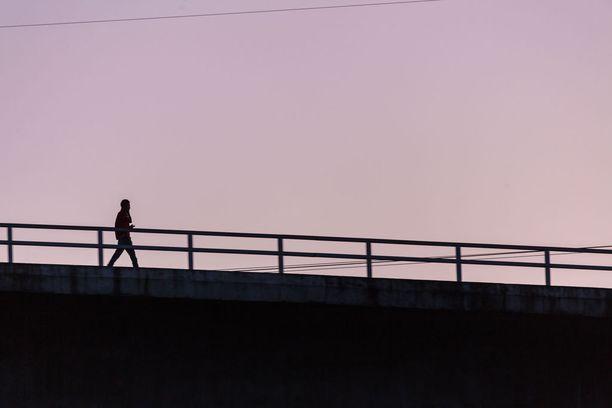 Pohjoiskarjalainen Sami, 34, haluaisi saada yhteyden rekkakuskiin, jonka perävaunun alle ajamalla hän yritti tehdä itsemurhan vuonna 2010. Kuvituskuva.