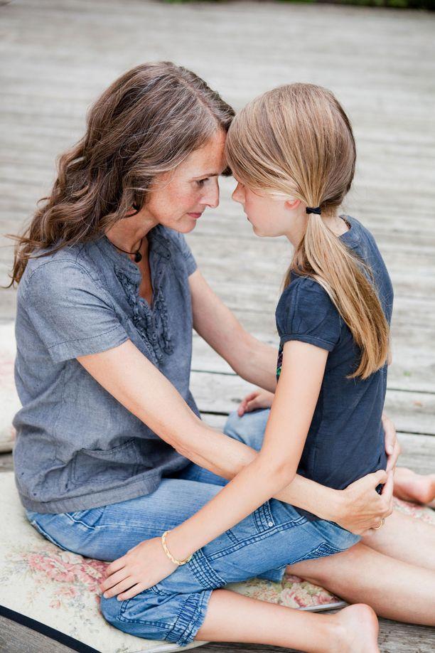 Älä lakkaa halaamasta murrosikäistä lastasi, muistuttaa lastenpsykiatri Raisa Cacciatore. Kuvituskuva.