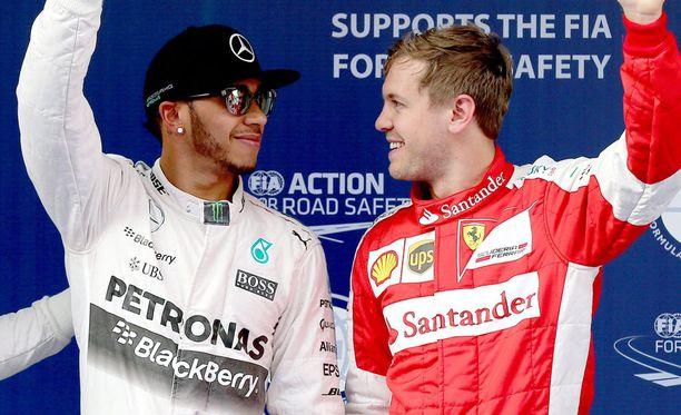 Lewis Hamilton (vas.) uumoili Sebastian Vettelillä olevan ykköskuskin asema Ferrarilla.