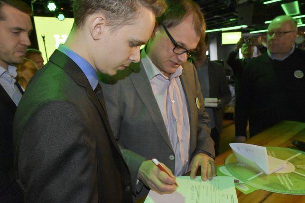 Pääministeri Juha Sipilä (kesk) iloitsi puolueen kuntavaaliristeilyllä saamistaan uusista ehdokassitoumuksista.