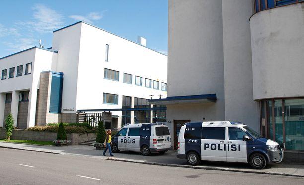 Aiemmin Suomen Vastarintaliikkeen 1. elokuuta järjestämää mielenosoitusta seuranneesta mellakasta on vangittu viisi suomalaista ja kaksi ruotsalaista.