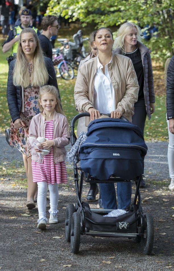 Kruununprinsessa Victoria ja prinsessa Estelle kuvattiin syyskuussa kannustamassa prinssi Danielia ulkoilutapahtumassa. Prinssi Oscar uinuu vaunuissa.
