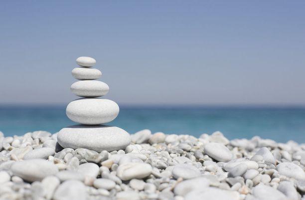 Lalaria-rannan kivet ovat väriltään ja muodoltaan ainutlaatuisia. Ne ovat hioutuneet ja vaalenneet rannan olosuhteissa.