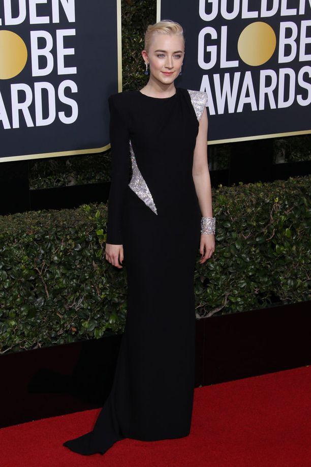 Saoirse Ronanin Atelier Versacen puvun graafinen ote huokuu voimaa - kuten illan teemaan sopikin.
