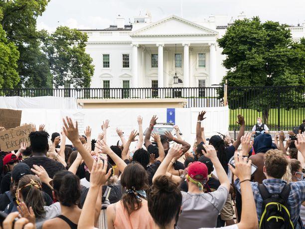 Useat sadat ihmiset osoittivat mieltään Valkoisen talon edustalla Washingtonissa.