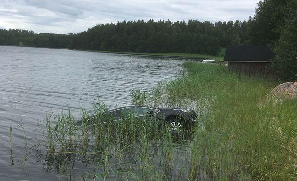 Sukeltajat löysivät auton 100 metrin päästä rannasta.