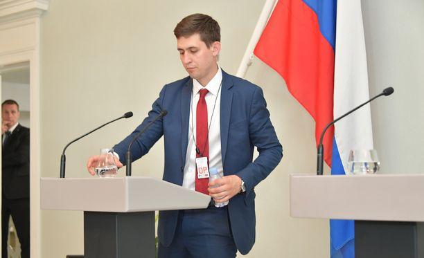 Venäläinen turvamies kävi vaihtamassa Putinin vesilasin.