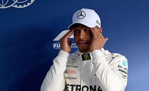 Lewis Hamilton oli lauantain aika-ajoissa ylivoimainen, mutta joutuu sunnuntain kilpailuun yksin kahta Ferraria vastaan.