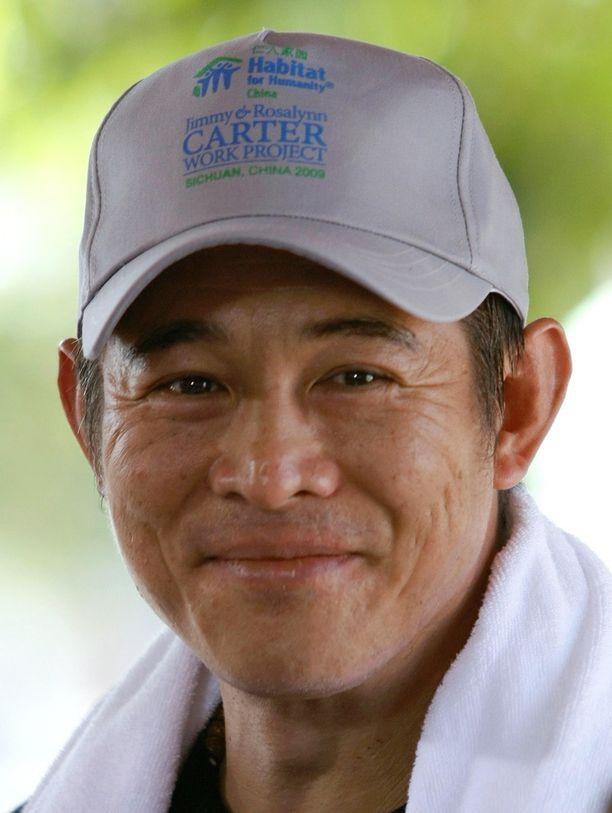 Vuonna 2009 Jet Li poseerasi kameroilla Thaimaassa iloisena.
