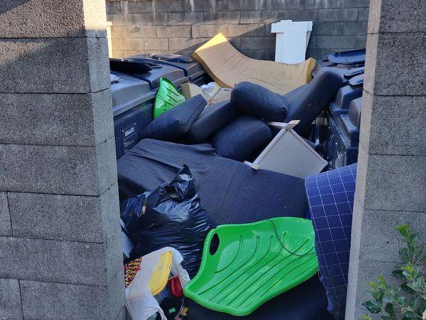 Kontulantie 19:n ja Tanhuntie 1:n yhteinen jätepiste näytti viime sunnuntaina tältä. Tilanne ei ollut poikkeuksellinen.