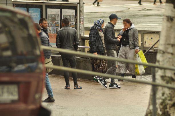Pillerien katukauppa käy vilkkaana muun muassa Kurvissa Sörnäisten metroaseman lähellä.