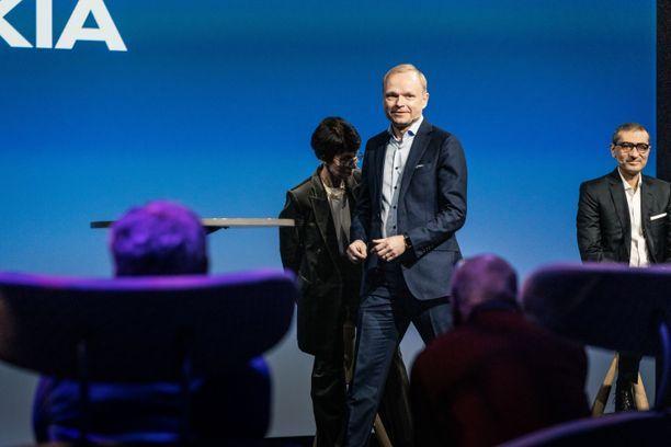 Entinen Fortumin toimitusjohtaja Pekka Lundmark aloitti Nokian johdossa 1. heinäkuuta. Taustalla Nokian hallituksen puheenjohtaja Sari Baldauf ja entinen Nokian toimitusjohtaja Rajeev Suri. Arkistokuva viime maaliskuun alusta, jolloin Nokia kertoi Lundmarkin nimittämisestä yhtiön uudeksi toimitusjohtajaksi.