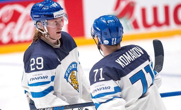 Patrik Laine ja Leo Komarov säikähtivät Lahden suurmäen huipulla.