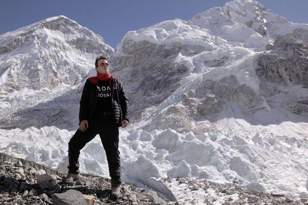 Sami Kieksi Everestin jylhissä maisemissa.