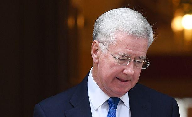 Imitaattorihuijari esiintyi Britannian puolustusministerinä Michael Fallonina.