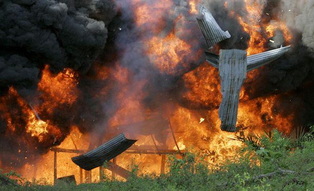 Venezuelan poliisi tuhoaa huumelaboratorion.