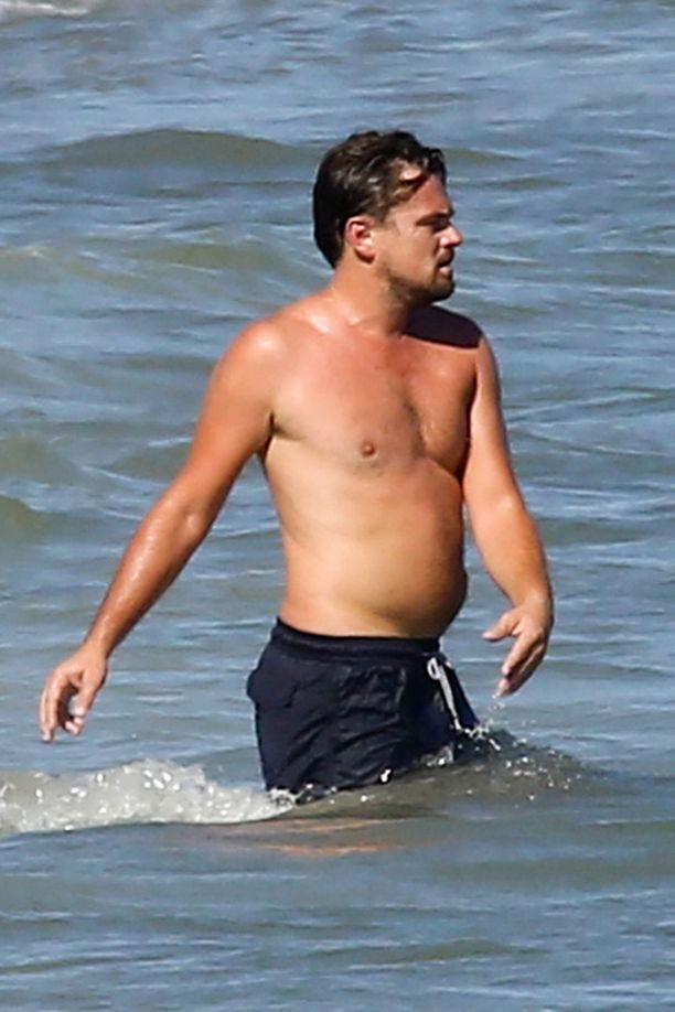 Leonardo oli valinnut rannalle ylleen mustat shortsit.