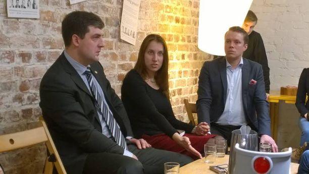 Denis Pertsev ja Ksenia Vakhrusheva olivat yhtä mieltä siitä, etteivät tavalliset venäläiset ja ukrainalaiset vihaa toisiaan. Taustalla tilaisuuden isäntä Riku Eskelinen.