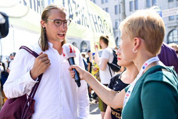 Vihreiden nuorten puheenjohtaja Sameli Sivonen ja Iiris Suomela olivat Iltalehden live-haastattelussa Esplanadilla. Suomela sanoi, että yksi kokouksen lopputulema voi olla se, että Trump nojaa yhä enemmän Venäjään ja vastustaa EU:ta. Suomela on huolissaan ihmisoikeuksien, ilmastonmuutoksen ja Itämeren turvallisuuden tilasta. Sivosen mielestä Niinistö voisi pitää äänekkäämmin esillä suomalaisia arvoja kuten rauhaa ja ihmisoikeuksia ja painottaa, että suurten kansainvälisten kysymysten ratkaisuun tarvitaan myös Yhdysvaltoja ja Venäjää.