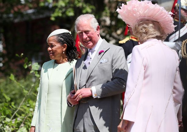 Meghanin äiti Doria Ragland, prinssi Charles ja herttuatar Camilla Harryn ja Meghanin kuninkaallisissa häissä keväällä 2018.