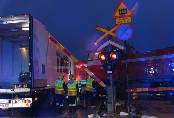 Kuorma-auton kuljettajan mukaan tasoristeyksen puomit laskeutuivat myöhässä.