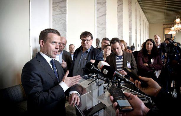 Kokoomuksen puheenjohtaja Petteri Orpo kertoi tiistaina sinisten kansanedustajan Kaj Turusen loikkauksesta eduskunnan valtiosalissa. Orpon edessä olleille puhujatelineille tulee olemaan käyttöä jatkossakin, kun myös muita sinisiä loikkaa ennen ensi kevään eduskuntavaaleja.