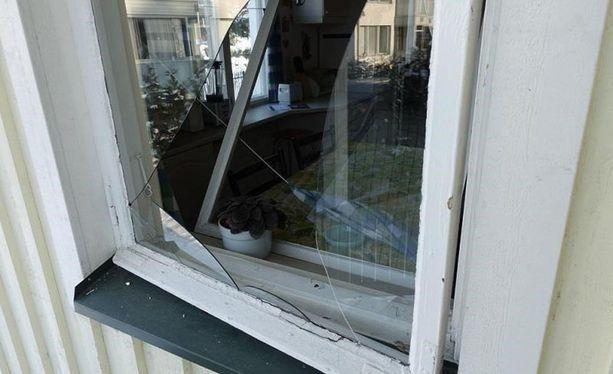 Poliisi on julkaissut kuvan Espoon asuntomurtosarjaan liittyvästä ikkunasta.