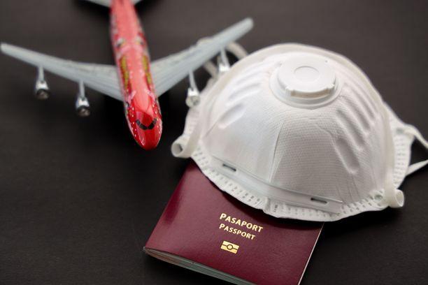 Lentoyhtiöt kautta maailman velvoittavat matkustajiaan käyttämään maskia,