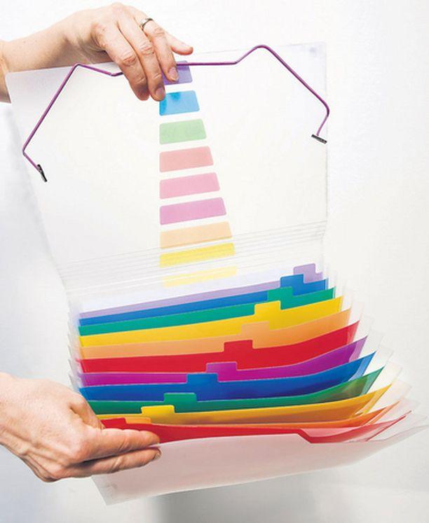 Kun papereita on paljon, reilu laatikko nimetyillä riippukansioilla helpottaa papereiden löytymistä. Pienet lappuset ja kuitit voit sujauttaa kirjekuoreen, jotta ne eivät huku lokerikon uumeniin. Kirjoita kirjekuoren päälle, mitä se sisältää.