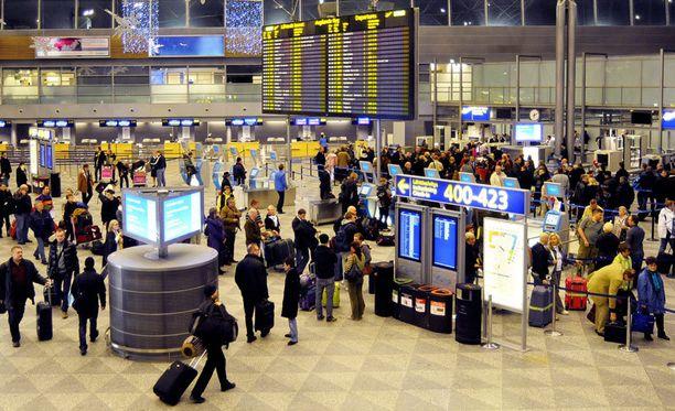 Ennen matkaan lähtöä kannattaa tarkistaa, ettei lentovuoroa ole lakon vuoksi peruttu.