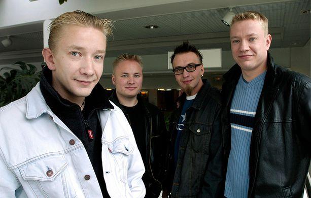 Yölintu uransa alkuaikoina vuonna 2002. - Alamäki alkoi peruuntuneista keikoista, Matti Silmu, vas. kertoo.