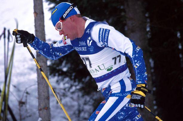 Hiihdon kuusinkertainen olympiamitalisti Harri Kirvesniemi voitti urheilu-uransa alussa myös 5000 metrin juoksussa kaksi nuorten Suomen mestaruutta. Kuva on vuodelta 1999.