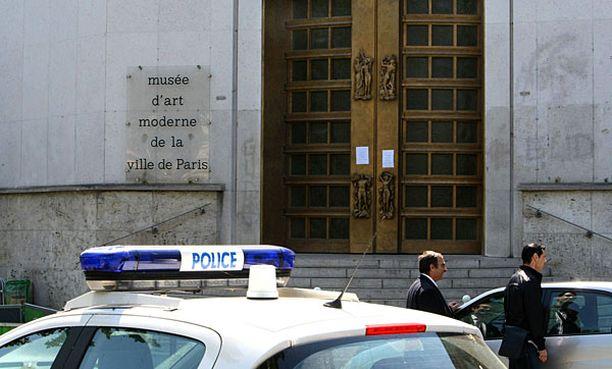Poliisit eristivät taidemuseon varkauden paljastuttua.