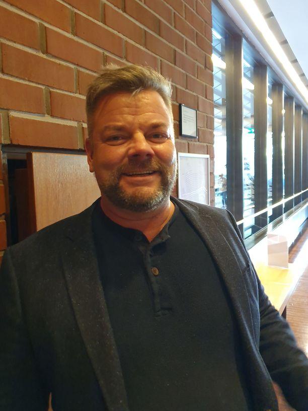 Jari Sillanpää riensi viime tipassa sisään teatteriin.