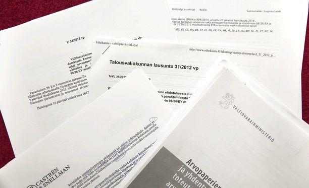 Valtiovarainministeriön mukaan lainsäädäntömuutokset ovat välttämättömiä, jotta Suomessa jo nyt toimiva arvopaperikeskus voi hakea toimilupaa. Jos lakeja ei muuteta, euromääräiset korvaukset voivat olla ministeriön mukaan miljoonia euroja.