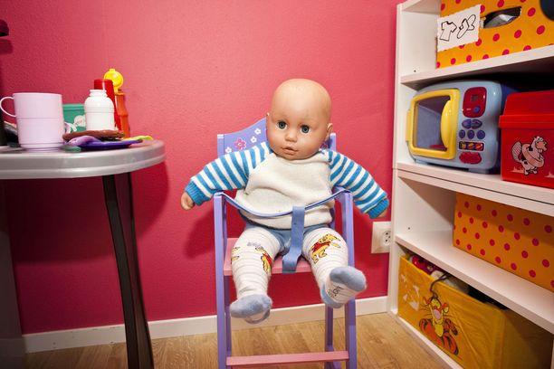Uuden tutkimuksen mukaan kotihoidon tuen vaikutusten tulkinta on, että 1-2 -vuotiaille lapsille osallistuminen kodin ulkopuoliseen varhaiskasvatukseen on lyhyellä aikavälillä keskimäärin parempi vaihtoehto kuin pelkkä kotihoito. Kuvituskuva.