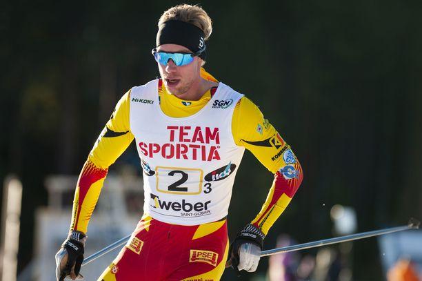Joni Mäki kaatui omassa välierähiihdossaan, mutta pääsi loppukilpailuun.