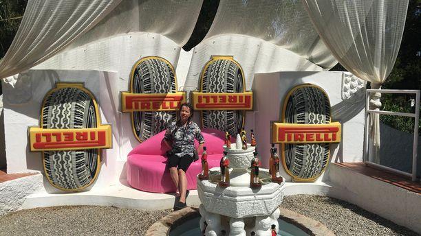 Auton - tai oikeastaan traktorin - renkaat muodostavat pylväitä Dalin kuuluisan teatteri-museon pihapiirissä.