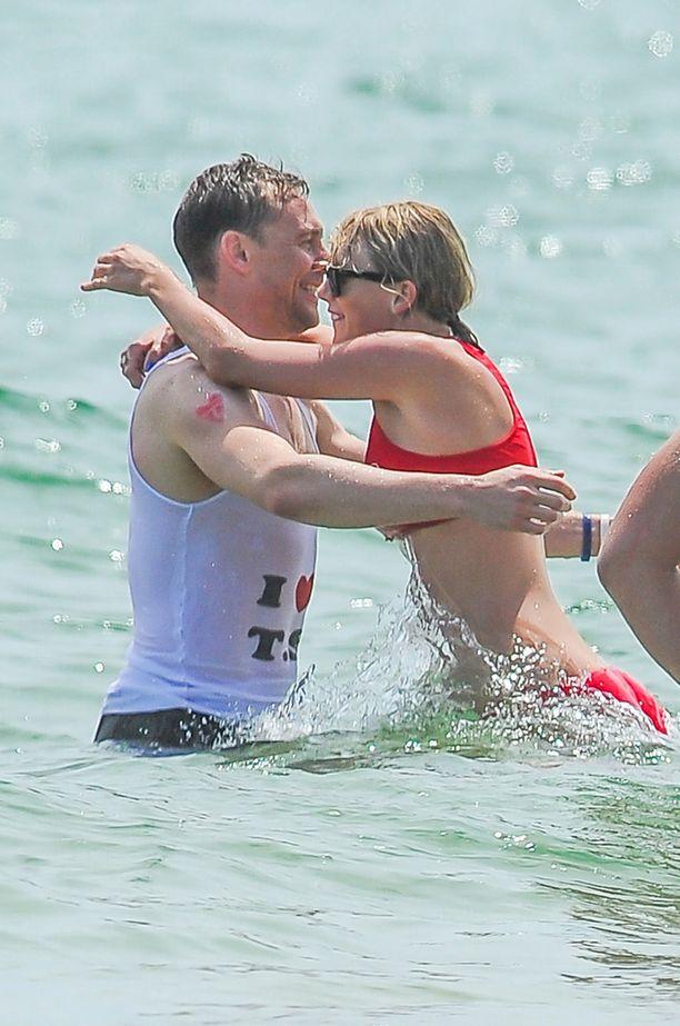 Tom julisti paidassaan rakkauttaan Tayloriin. Pariskunta kuherteli avoimesti itsenäisyyspäiväkemuissa.