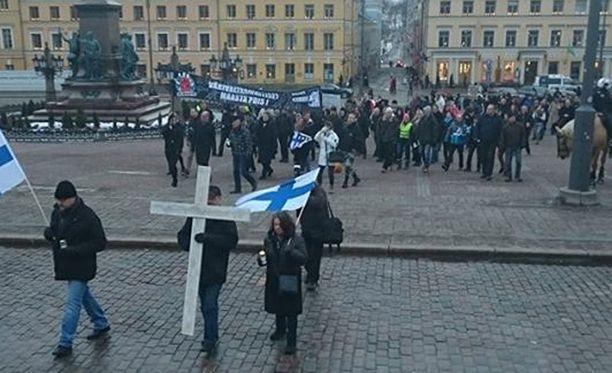 Rajat kiinni -mielenilmaus päättyi Helsingin Senaatintorille.